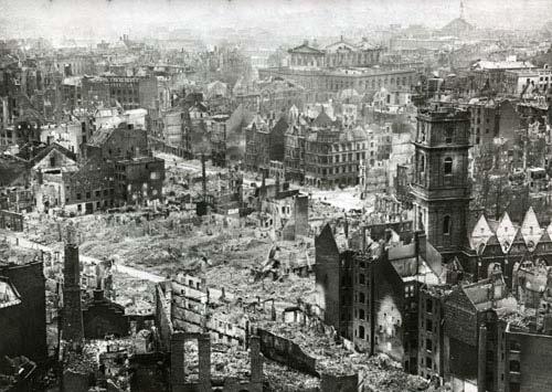 Blick vom Rathausturm über die Innenstadt, rechts die ausgebrannte Aegidienkirche, 1945. Foto von Wilhelm Hauschild. HAZ-Hauschild-Archiv im Historischen Museum Hannover