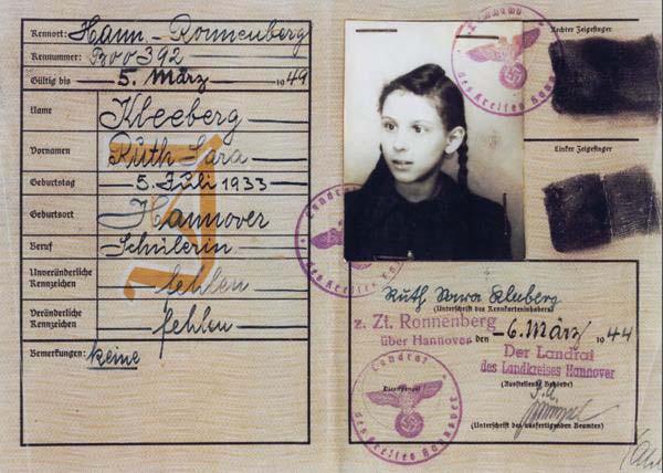 """Ausweis von Ruth Gröne geb. Kleeberg aus dem Jahre 1944 mit der Eintragung """"J"""" für """"Jüdin"""" und dem Zwangsvornamen """"Sara"""". Quelle Privatbesitz Ruth Gröne"""