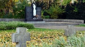 Der Ehrenfriedhof am Maschsee-Nordufer mit dem Blick auf das historische Denkmal, 2015. Foto Michael Pechel