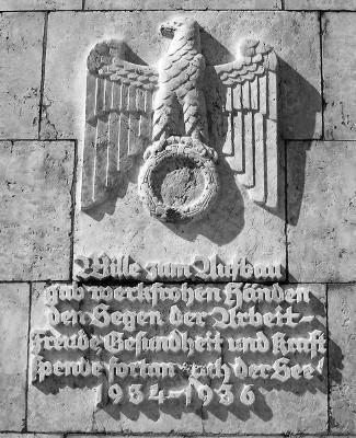 """""""Freude, Gesundheit und Kraft"""" für die Mitglieder der Volksgemeinschaft - für Juden verboten. Das Hakenkreuz im Kreis unterhalb des Adlers wurde 1945 herausgemeißelt."""