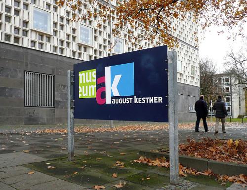 Schild am Museum mit dem Signet des Museum August Kestner. Foto von AxelHH. Wikimedia Commons