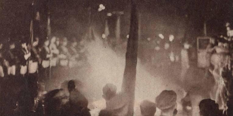 Die Bücherverbrennung am 10. Mai 1933 am Bismarckdenkmal, Pressefoto aus: Die Weltschau, 21. 05. 1933, S. 2