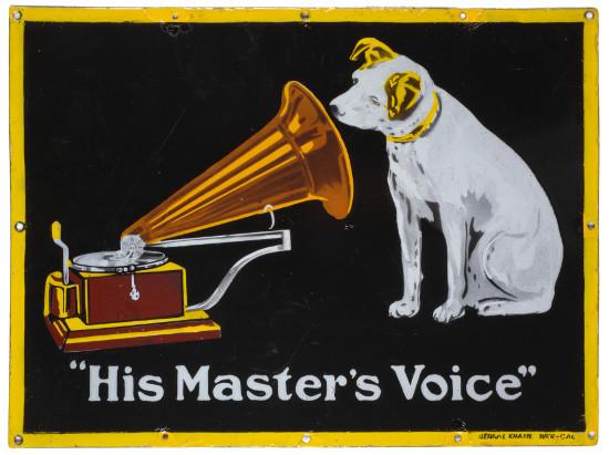 """Emailleschild """"His Master's Voice"""". Markenzeichen der Deutschen Grammophon AG, vor 1914. Bildarchiv Historisches Museum Hannover"""