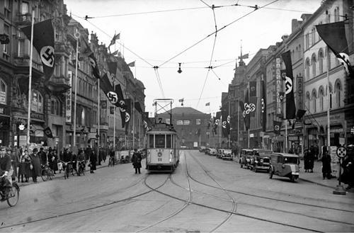 Die zur Adolf-Hitler-Straße umbenannte Bahnhofstraße, 1936. Foto von Wilhelm Hauschild. HAZ-Hauschild-Archiv im Historischen Museum Hannover