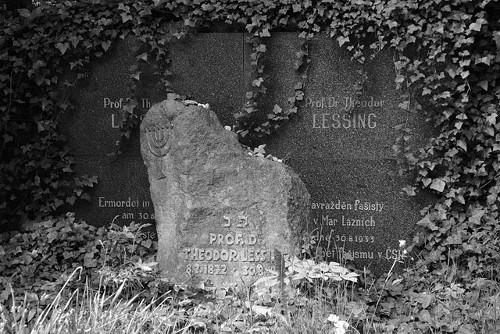 Dreisprachige Grabinschrift: Prof. Dr. Theodor Lessing Ermordet in Marienbad am 30. 8. 1933 Das erste Opfer des Faschismus in der ČSR. Foto von Gampe, 2016. Wikimedia Commons