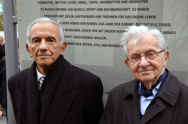 Die ehemaligen Auschwitz-Häftlinge und lebenslangen Freunde Salomon Finkelstein (1922-2019, links) und Henry Korman (1920-2018, rechts) während der Enthüllung der Informationstafel am Holocaust-Mahnmal, 25. Oktober 2013. Sie waren bis zu ihrem Tod als Zeitzeugen aktiv. Foto Bernd Schwabe, Wikimedia Commons