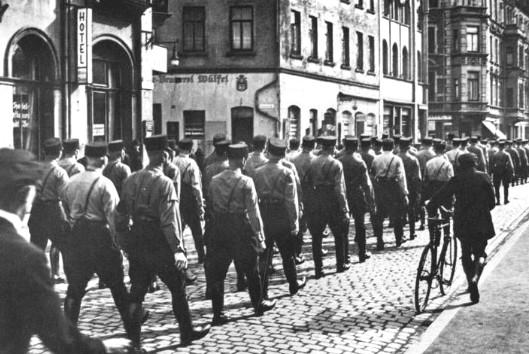 Nationalsozialisten in der Nikolaistraße, April 1933. Foto Walter Ballhause. Walter-Ballhause-Archiv, Plauen