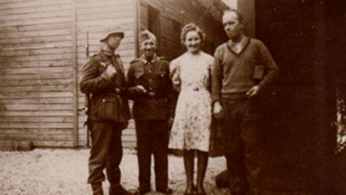 Otto Kreikbaum mit einer Frau und zwei Soldaten, o.J. Foto Privatbesitz