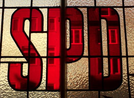 Bleiverglasung im Treppenaufgang des Kurt-Schumacher-Hauses, traditioneller Sitz der SPD im Gebäude Odeonstraße 15/16 in Hannover-Mitte. Foto von Bernd Schwabe in Hannover, 2012. Wikimedia Commons