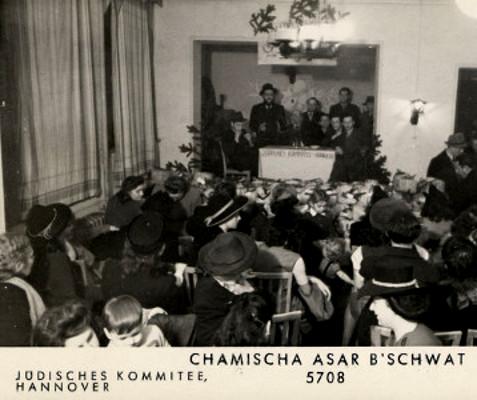 Jüdische Frauen, Männer und Kinder begehen das Fest Tu B'Shvat (Neujahrsfest der Bäume) im DP-Camp Ohestraße, 26. Februar 1948. Quelle: United States Holocaust Memorial Museum, Sammlung David Bornstein