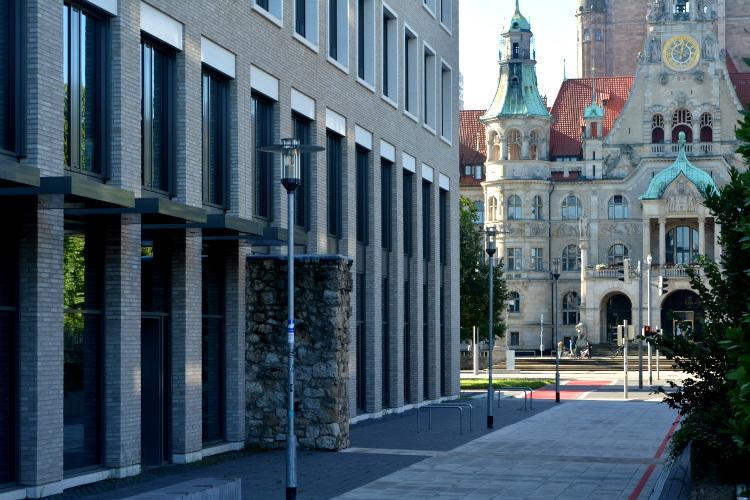 Eingangsbereich des zukünftigen ZeitZentrum Zivilcourage mit Rest der historischen Stadtmauer (links), im Hintergrund das Neue Rathaus Hannover, 2020. Foto Michael Pechel